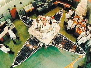 Спутник «Прогноз» в монтажном цеху. Фото (c) ИКИ РАН
