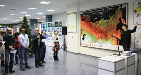 Алексей Малахов рассказывает о работе прибора ФРЕНД на выставке ИКИ РАН (с) Светлана Виноградова, ИКИ РАН