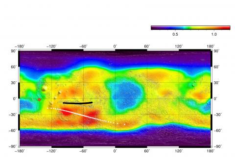 Траектория одного из пролетов TGO над поверхностью Марса в перицентре высокоэллиптической орбиты. Цветом обозначена интенсивность потока энергичных нейтронов по данным нейтронного спектрометра ХЕНД. Черные точки – траектория пролёта перицентра в точках, где поле зрения ФРЕНД пересекается с Марсом, белые – направление поля зрения прибора в этих точках, красный ромб – непосредственно перицентр (с) Роскосмос/ЕКА/ЭкзоМарс/ФРЕНД/ИКИ
